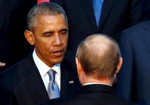 Barack Obama y Vladimir Putin hablan durante la foto de familia del G-20, este domingo en Antalya.