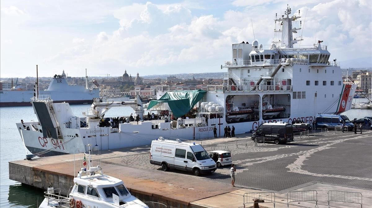 Miembros de la policía italiana patrullan en el puerto de Cataniaesperando el permiso para el desembarco de 177 migrantes a bordo del barco Diciotti.