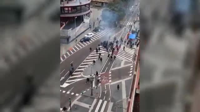 Batalla campal entre ultras del Barça y el Valencia.