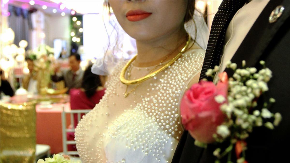 Huong y Quan son una pareja vietnamita que, en su boda,contrataron a figurantes que se hicieronpasar por la familia del novio, que desaprobaba la unión
