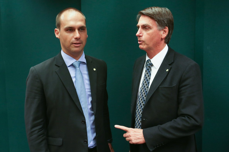 Eduardo y Jair Bolsonaro.