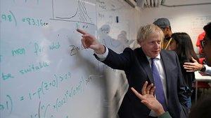 El primer ministro británico,Boris Johnson, durante una visita hoy lunes alKing's College de la Univerdidad de Londres.