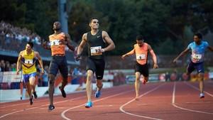 Bruno Hortelano cruza la meta como ganador en los 200 metros de la reunión de Barcelona