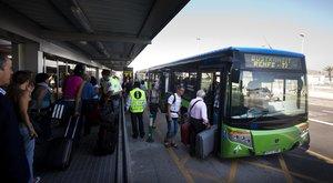 Imagen de archivo de uno de los autobuses lanzadera que operan en el aeropuerto de El Prat, de Barcelona.