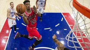 Butler, de los Bulls, entrando a canasta ante los Sixers.