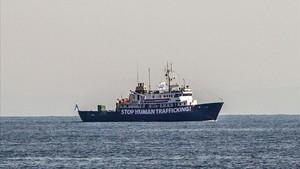El C-Star navega a 20 millas náuticas de las costas de Libia, en una imagen tomada el 5 de agosto.