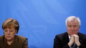 La cancillera Merkel y el ministro de Interior, en una imagen de archivo.