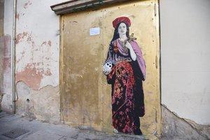 La cantante Rosalía, en una obra del artista TvBoy, pintada cerca de Santa María del Mar.