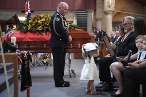 Charlotte O'Dwyer, la hija del bombero fallecido, en el funeral