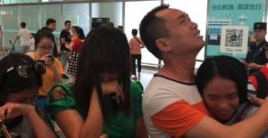 13 anys lluny dels seus pares: així ha sigut el retrobament d'una jove xinesa amb la seva família