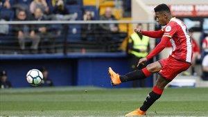 Choco Lozano marca un gol para el Girona en el Estadio de la Cerámica.