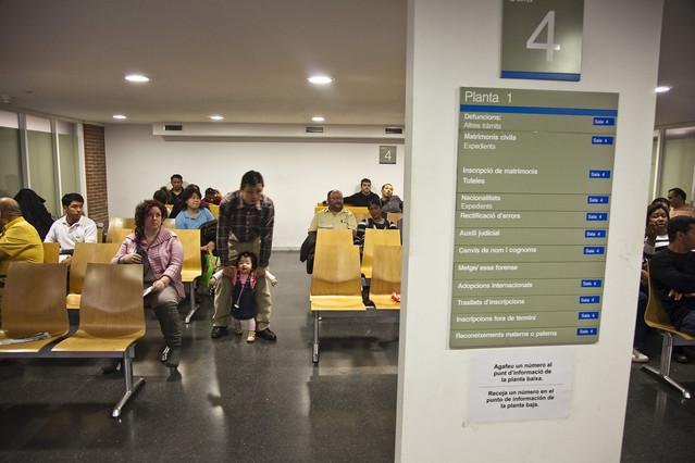 Ciudadanos en una de las salas de espera del Registro Civil de Barcelona.