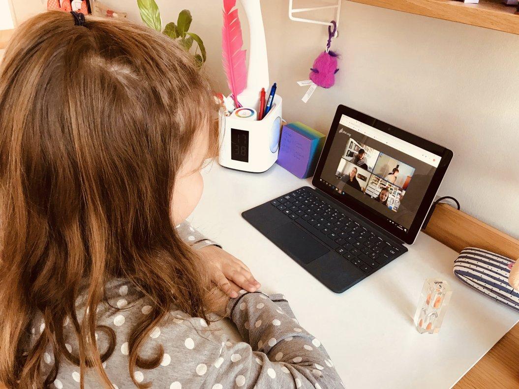 Una niña sigue los consejos de los profesores en su portátil.