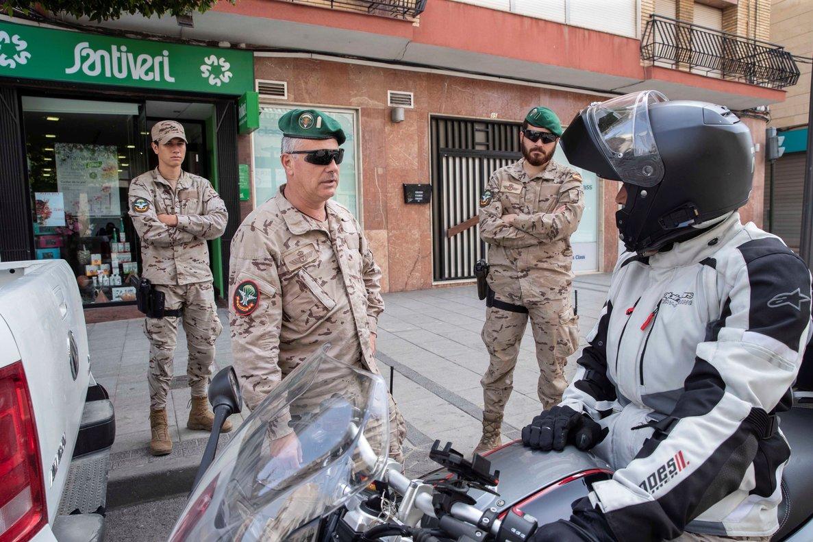 Un militar, en Alcantarilla (Murcia) durante las labores de información sobre el estado de alarma decretado contra el coronavirus.