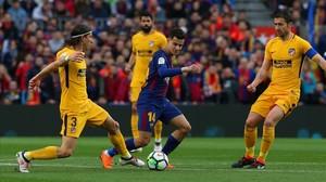 Coutinho, rodeado de jugadores del Atlético.