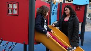 Cristina con su hija Erika, en un parque de Badalona.