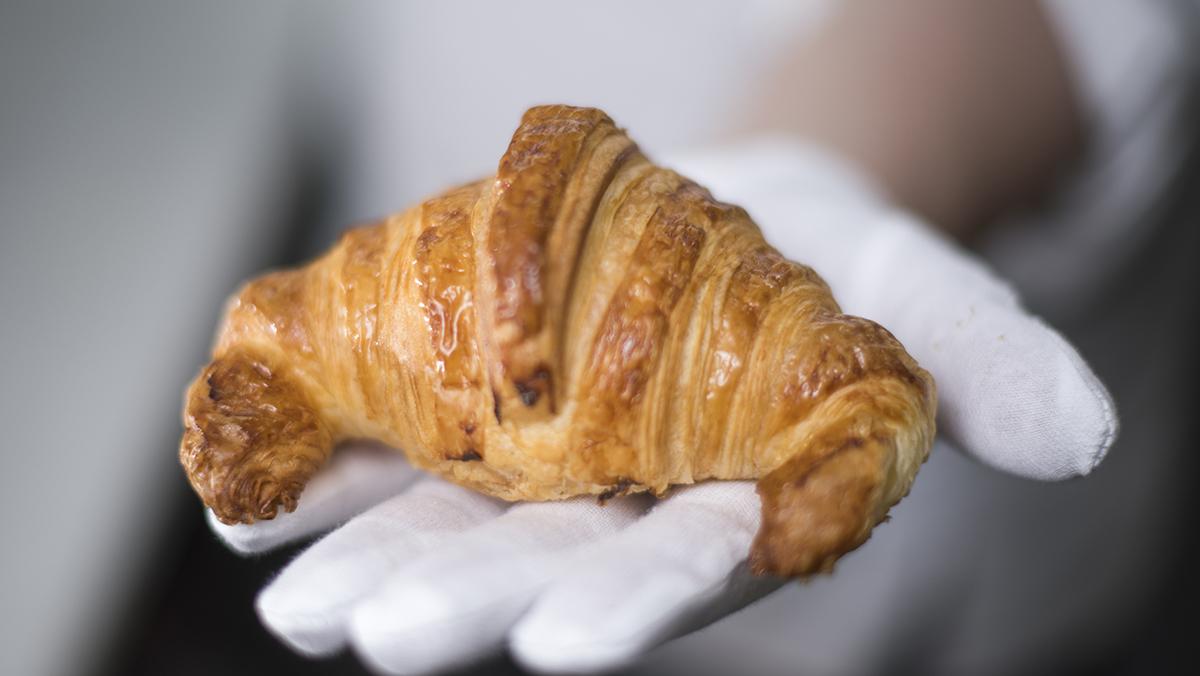 Cómo hacen los cruasanes con y sin cuernos en el obrador de la pastelería Escribà.