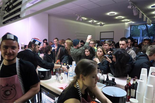 Decenas de veganos se agolpan en la inauguración del Dandy Diner.