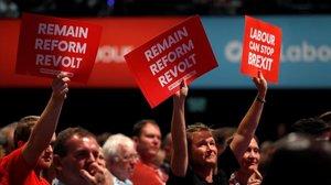 Delegados laboristas con pancartas contra el 'brexit', en Brighton.