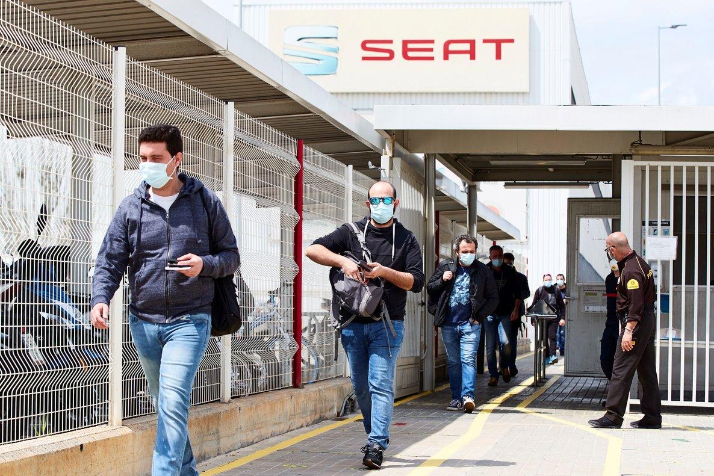 Trabajadores de Seat salen tras acabar su turno.