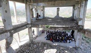 El desolador entorno en el que siguen sus clases los niños de la ciudad de Taez, en Yemen.