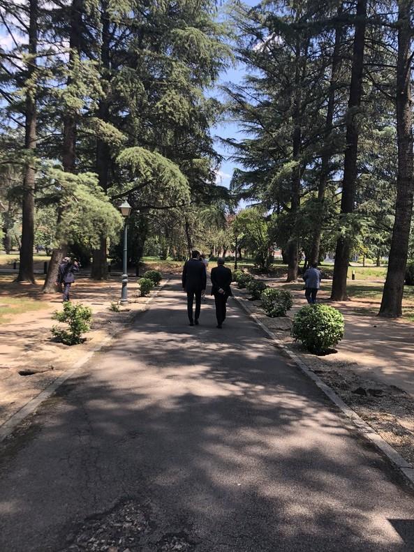 Sánchez y Torra caminan por los jardines de la Moncloa.