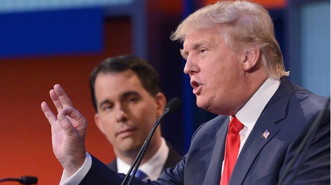 Donald Trump, durante una intervención, observado por Scott Walker anoche en Cleveland
