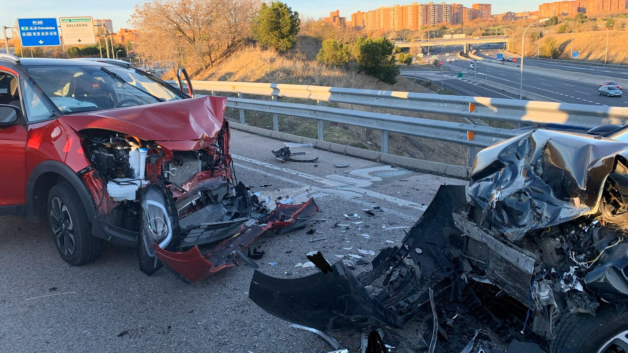 Dos heridos tras una colisión frontal ocasionada por un 'kamikaze' en Madrid