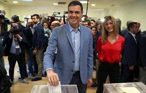 Elecciones. Pedro Sánchez deposita su voto.