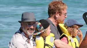 Elton John y David Furnish, con sus hijos en Saint Tropez.