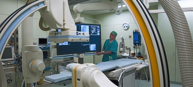 Un enfermero, en la sala de angioneurorradiología del Clínic.