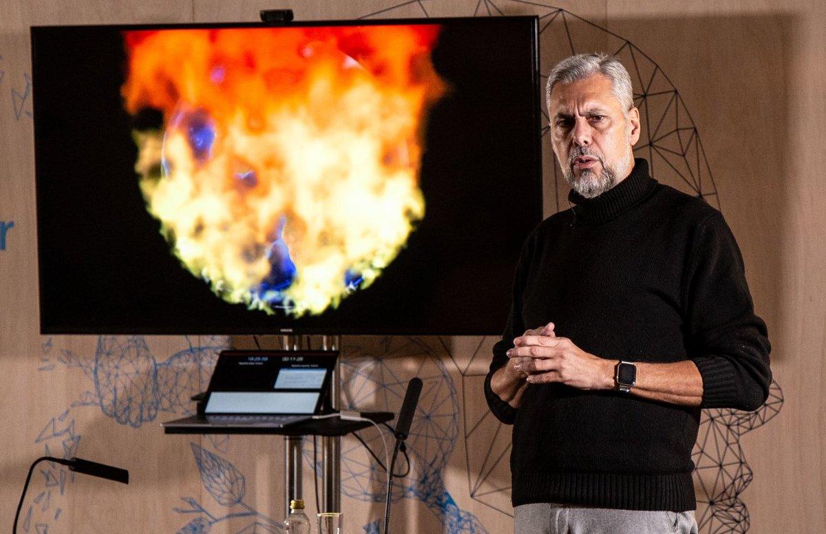 Enrique Dans aborda en Viviendo en el futuro cómo la tecnología está cambiando nuestro mundo.