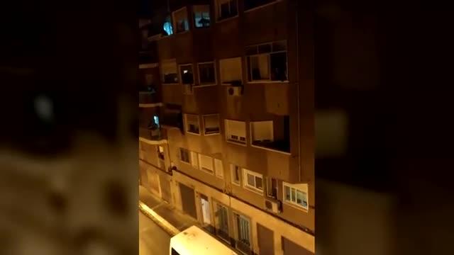 Vecinos de Micaela le cantan el 'Cumpleaños feliz' desde el balcón.