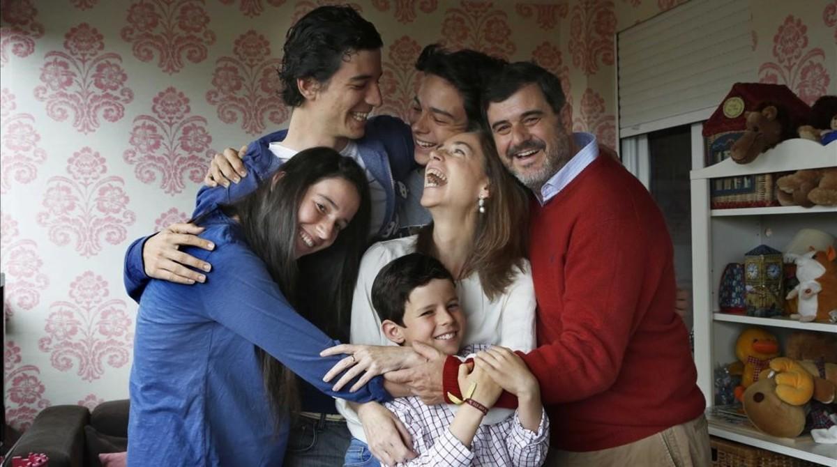 En la imagen Pedro y Ana con sus hijos Jacobo, Maria, Juan y Rodrigo de mayor a menor en su casa de Madrid.