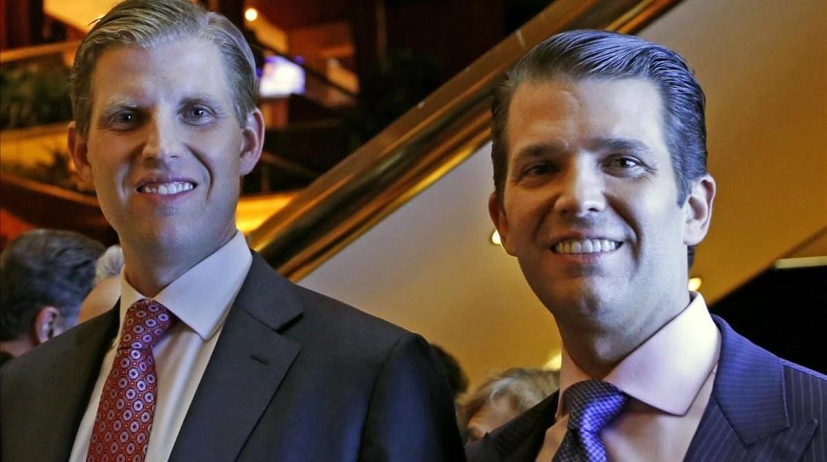 Eric Trump (izquierda) y Donald Trump Jr, vicepresidentes ejecutivos de la Trump Organization, posan para una foto en un evento de Scion Hotels, división de los hoteles de Trump, el 5 de junio en Nueva York.