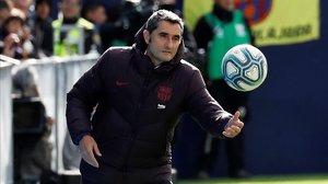 Ernesto Valverde para un balón que ha salido fuera de banda durante el Leganés-Barça.