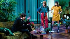 Escena de la obra de teatro La importància de ser Frank, con Miki Esparbé, Paula Malia y Paula Jornet.