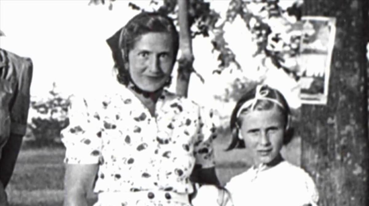 La escritoraAngelika Schrobsdorff, de niña, con su madre, cuya historia cuenta en Tú no eres como otras madres.