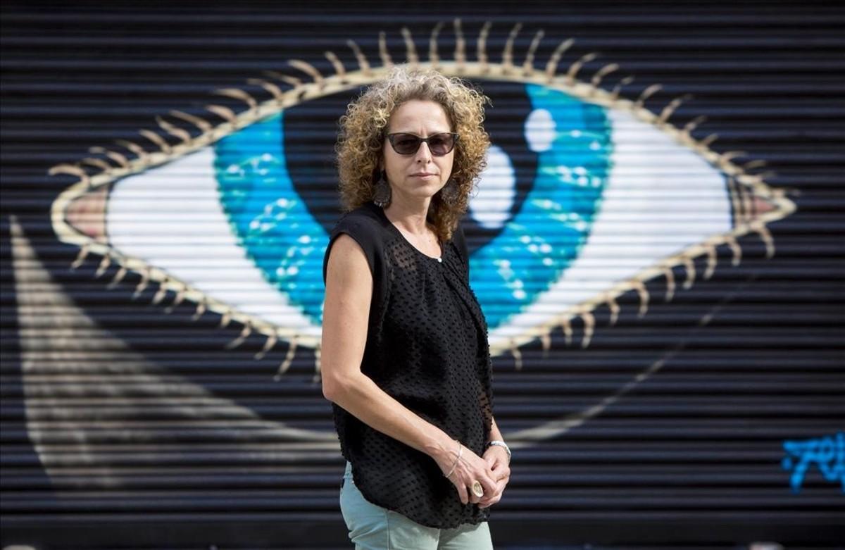 Ester Quintana posa en los alrededores de la Rambla Prim de Barcelona, en septiembre del 2015.