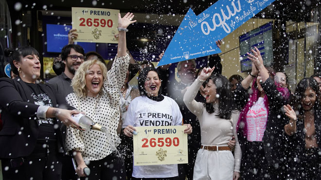 Pautas y consejos por si resultas agraciado con 'El Gordo' de la Lotería de Navidad de este 22 de diciembre. Recordamos los valores del pódium: el premio Gordo de la Lotería de Navidad 2019 es de 4 millones de euros a la serie, lo que equivale a 400.000 por décimo o 20.000 por cada euro jugado. El segundo premio es de 1.250.000 euros por serie (125.000 por décimo o 6.250 por euro jugado), y el tercero, de 500.000 euros por serie (50.000 por décimo o 2.500 por euro jugado).Realizar una buena planificación y no tomar decisiones precipitadas sobre qué hacer con el premio si se resulta agraciado este 22 de diciembre en el sorteo extraordinario de la Lotería de Navidad son las principales recomendaciones de los expertos para invertir con éxito.
