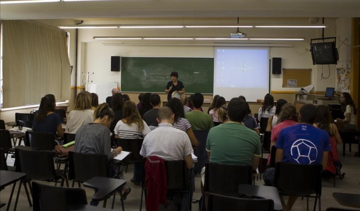 Estudiantes de la facultad de Magisterio de la UB en el Campus Mundet.