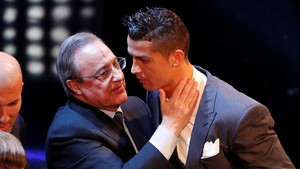 Florentino Pérez felicitando a Cristiano Ronaldo, en una imagen de archivo.