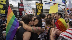 Una pareja se besa durante la celebracióndel Pride Festival celebrado el pasado 1 de junio en Los Ángeles.
