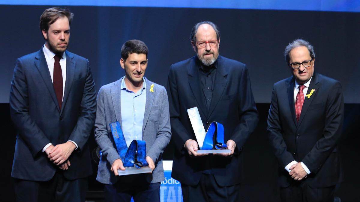 De izquierda a derecha, el presidente de Grupo Zeta Antonio Asensio, el premiado con el Català de lAny 2016 Oriol Mitjà, el galardonado con el del 2017 Josep Maria Pou y el president catalán Quim Torra, este martes.