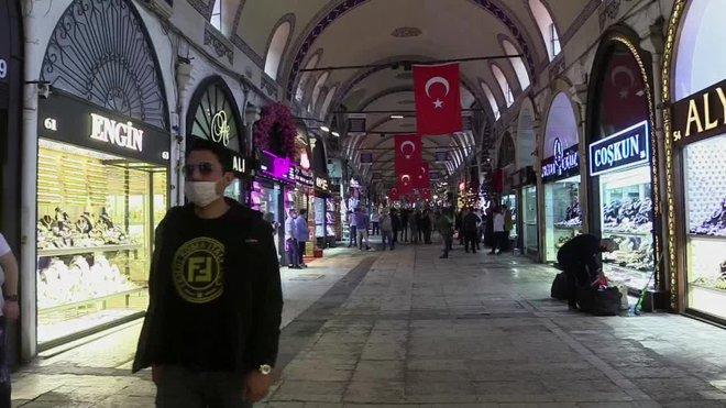 El Gran Bazar de Estambul, un histórico complejo comercial de 560 años de antigüedad, abrió este lunes sus puertas tras más de dos meses de cierre forzoso por la pandemia del coronavirus, con la esperanza de que pronto vuelvan los turistas, su principal fuente de ingresos.