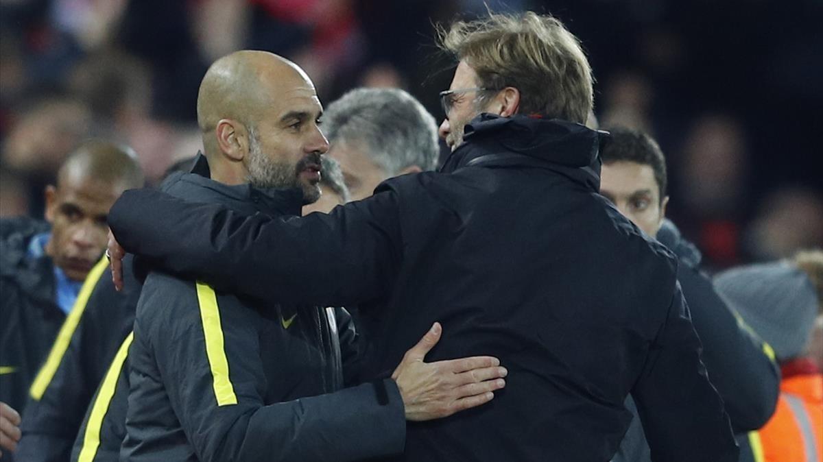 Guardiola y Klopp se abrazan tras un Liverpool-City en Anfield.