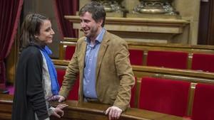 Imagen de archivo de Andrea levy y Antoni Comín conversando en el Parlament.