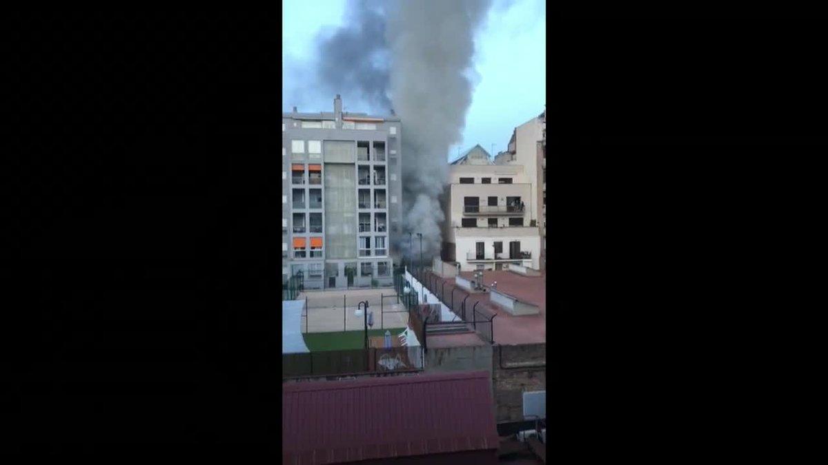 incendio en estacion itv obliga a desalojo de varios inmuebles en eixample barcelona