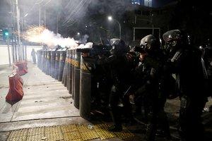 La policía de Indonesia controla protestas por las elecciones presidenciales.