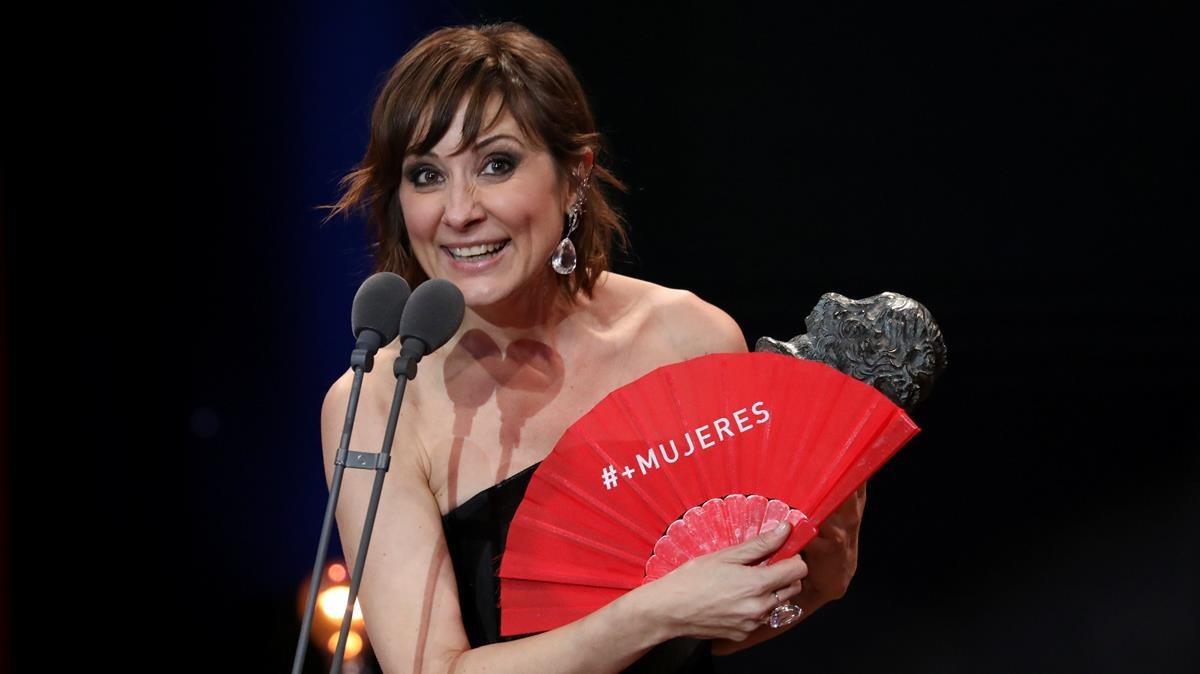 Natali Poza con el abanico y el Goya a Mejor actriz.